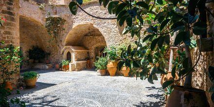 På Toplouklostret som ligger på nordöstra Kreta produceras både vin och olivolja.