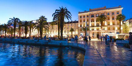 Längs Rivan ligger butiker, restauranger och barer på rad och bjuder på en livlig avslutning.