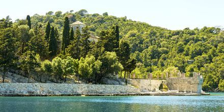 På västra delen av ön finns en stor nationalpark som bl.a. rymmer ett kloster.