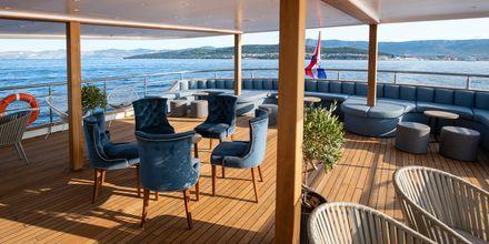 Ombord på M/S Bella finns platser för både sol och skugga.