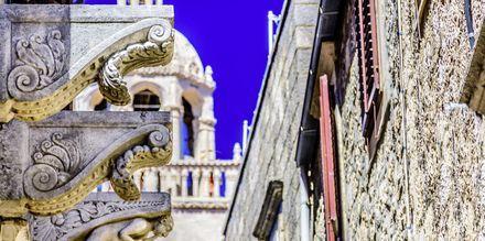 Korčula stad är en typisk dalmatisk medeltidsstad. Mitt i står Sankt Markus-katedralen som har vackra utsmyckningar.