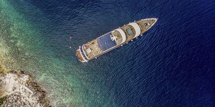 Längs vägen kommer du att få svalkande möjligheter med bad direkt från båten.