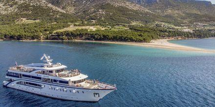 En kort bit från Bol ligger en av Kroatiens mest kända stränder, Zlatni Rat.
