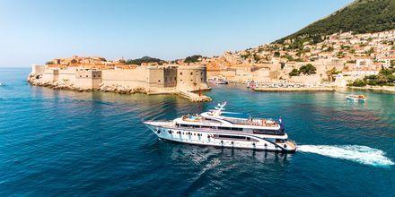 M/S Desire lägger till en natt i hamnen utanför Dubrovnik. Här väntar sedanen guidad stadsvandring och på kvällen en middag på egen hand.