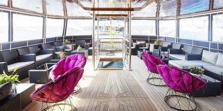 Ombord på M/S Captain Bota råder en familjär atmosfär. Skeppet består av tre däck samt ett soldäck med solstolar och jacuzzi.