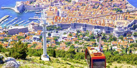 Dubrovnik är en av Kroatiens mest kända städer, och ligger vackert med en välbevarad ringmur. För att se staden från ovan ska du ta dig upp med linbanan till berget Srđ.