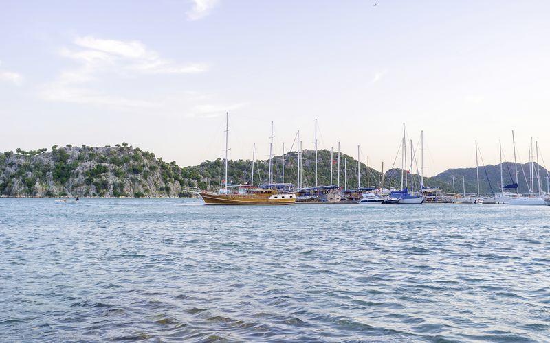 Färdas längs den turkiska skärgården i en traditionell träbåt.
