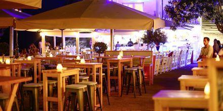 Kvällsliv i Skiathos stad, Grekland.
