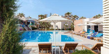 Poolområdet på hotell Ideal Beach i Platanias på Kreta, Grekland.