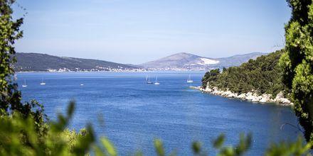 Blått hav och gröna öar.