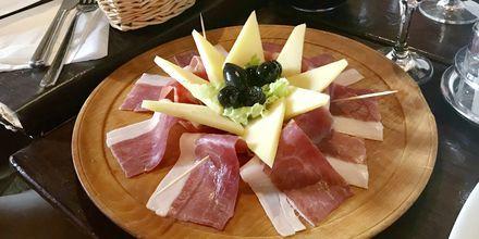 Varje dag serveras en härlig lunch med lokala smaker på båten.