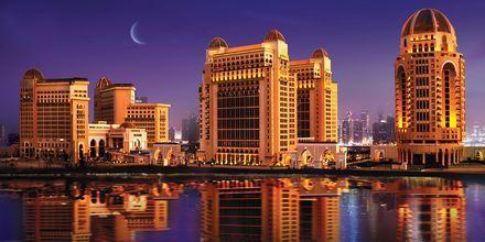 Hotell St Regis Doha i skymningen.