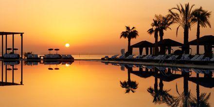 Solnedgång vid poolen på hotell St Regis Doha, i Doha, Qatar.
