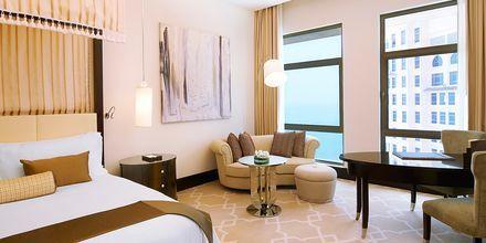 Superiorrum på hotell St Regis Doha. Klassisk inredning och vacker interiör.