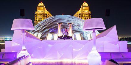 Kväll på takterrassen på hotell St Regis Doha, i Doha, Qatar.