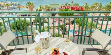 Balkong i dubbelrum på hotell Star Beach Village & Waterpark i Hersonissos på Kreta.