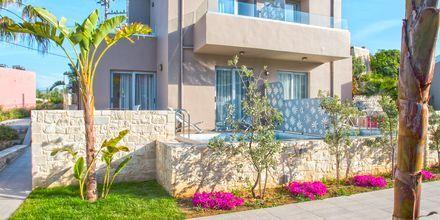 Byggnad med två tvårumslägenheter i etage med privat pool på Stellina Village Resort, Kreta.