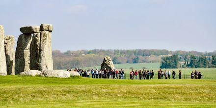 Stensättningen Stonehenge i Storbritannien lockar tusentals turister varje år.