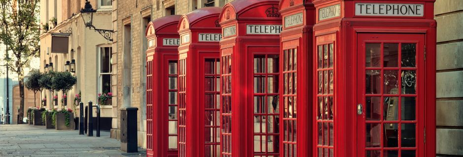 Klassiska röda telefonkiosker i London