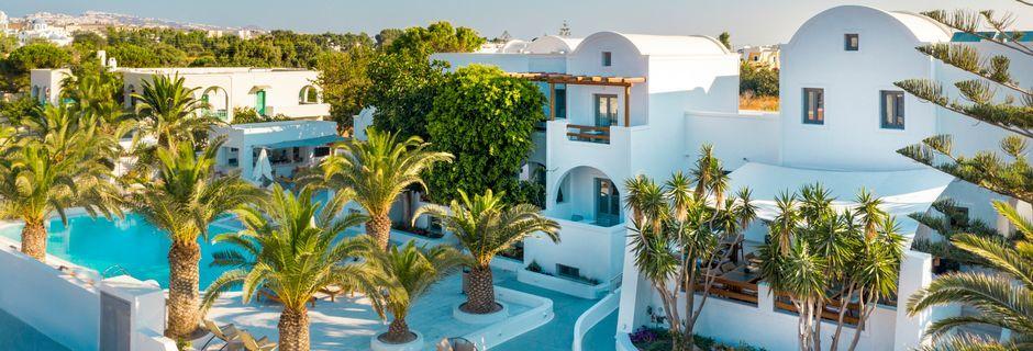 Poolområde på hotell Strogili på Santorini, Grekland.