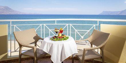 Balkong med havsutsikt på hotell Sunny Bay i Kastelli, Kreta.