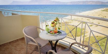 Balkong med begränsad havsutsikt på hotell Sunny Bay i Kastelli, Kreta.