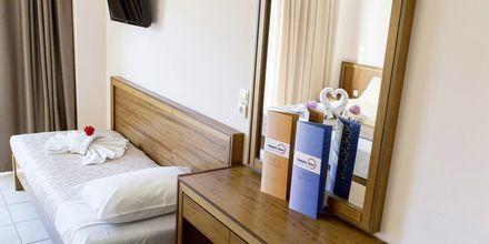 Bäddsoffa i dubbelrum på hotell Sunny Bay i Kastelli, Kreta.
