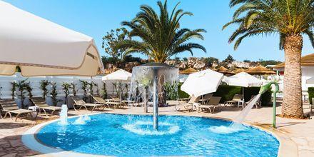 Poolområde på hotell Sunrise Garden i Fig Tree Bay, Cypern.