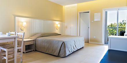 Enrumslägenhet på hotell Sandra Garden i Fig Tree Bay, Cypern.