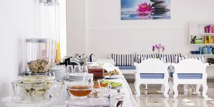 Frukostservering på hotell Sunshine på Santorini, Grekland.