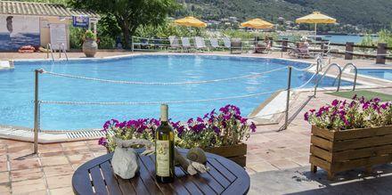 Poolområde på hotell Sunwaves i Vassiliki på Lefkas.
