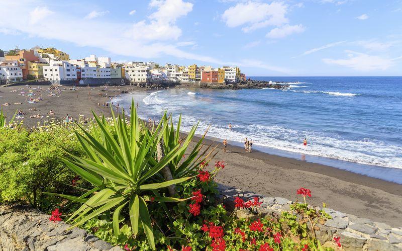 Strand i Puerto de la Cruz på Teneriffa, Kanarieöarna.