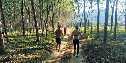 Löpträning i omgivningarna kring Thanyapura Sport & Health Resort.
