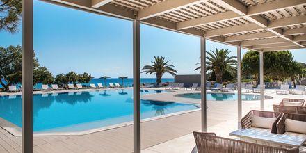 Poolområdet på The Bay Hotel & Suites i Vasilikos, Zakynthos.