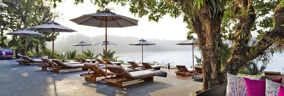 Hotell The Nai Harn Phuket ligger vid Nai Harn Beach på södra Phuket.