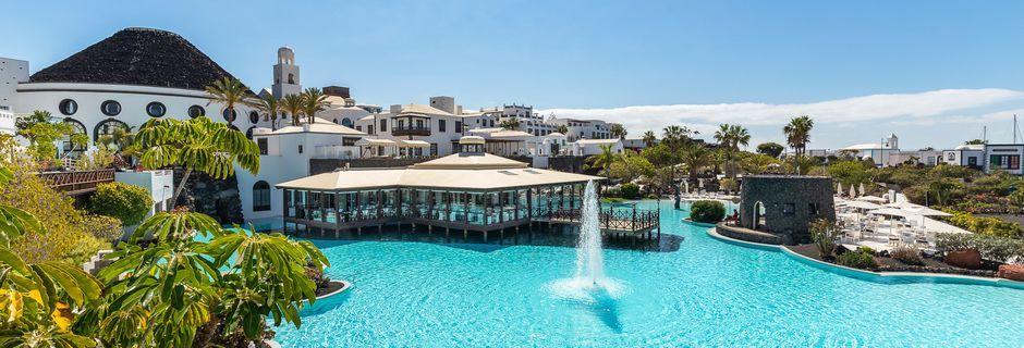 Poolområdet på hotell The Volcan Lanzarote i Playa Blanca på Lanzarote, Kanarieöarna.
