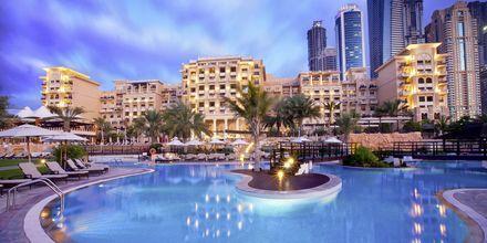 Poolområde på hotell The Westin Dubai Mina Seyahi i Dubai, Förenade Arabemiraten.