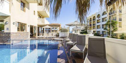 Pool vid sidobyggnaden på hotell Theartemis Palace på Kreta, Grekland.