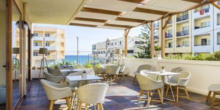 Poolbar vid sidobyggnaden på hotell Theartemis Palace på Kreta, Grekland.