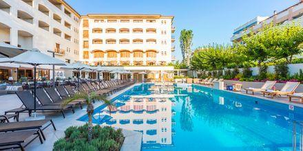 Pool vid huvudbyggnaden på hotell Theartemis Palace på Kreta, Grekland.