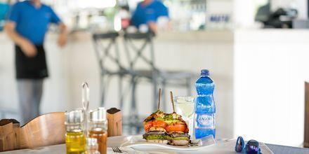 Slå dig ned vid någon av de trevliga restaurangerna och njut av grekiska rätter.