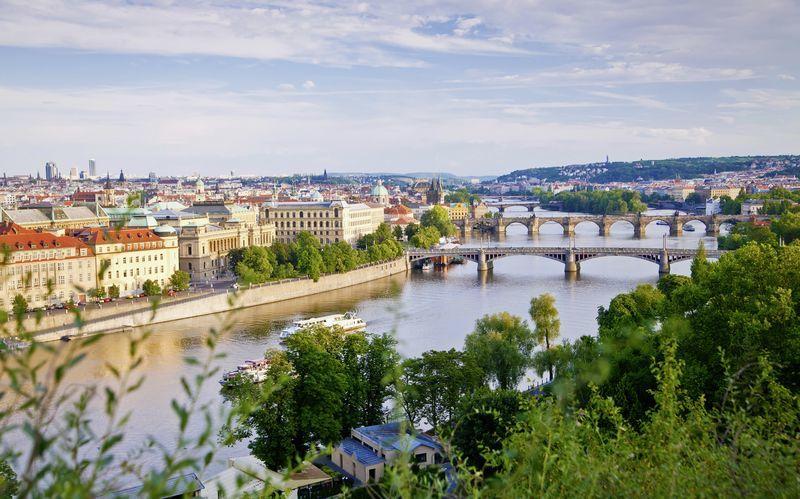 Broarna över floden Moldau i Prag, Tjeckien.