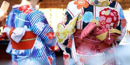 Japanerna har många traditioner som sträcker sig långt tillbaka i tiden. Här är två geishor i Tokyo.