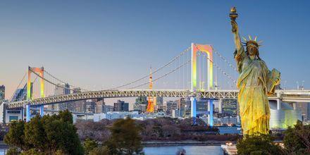 Tokyo har en egen Frihetsgudinna, här framför Regnbågsbron.
