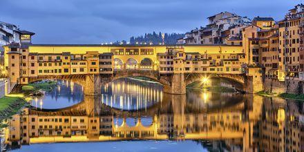 Ponte Vecchio heter den kända bron som går genom Florens.