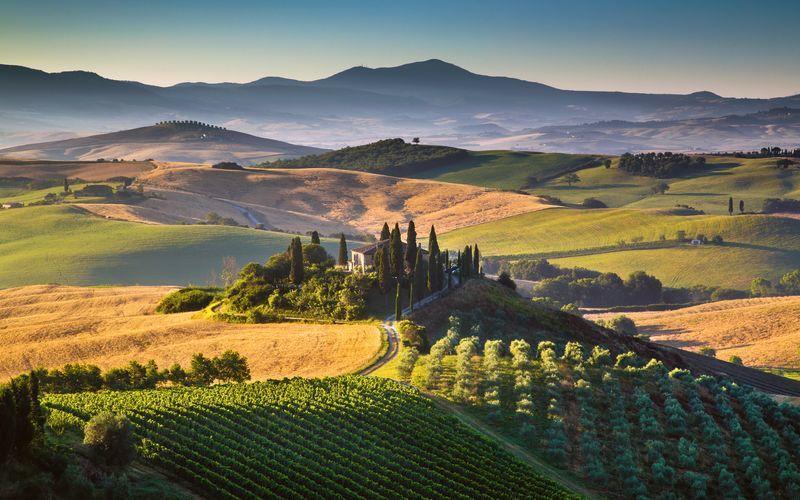 Toscana lockar med böljande landskap, vingårdar och historiska städer.