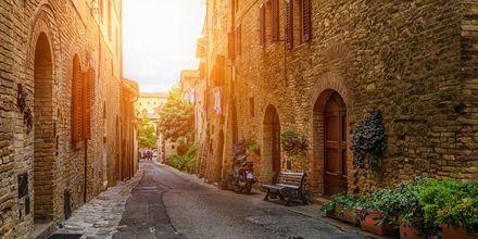 Medeltidsbyn San Gimignano är väl värt ett besök under en semester i Toscana.