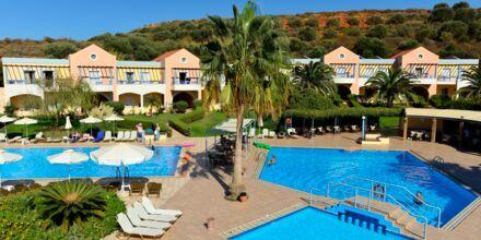 Poolområde vid hotell Triton i Agii Apostoli på Kreta, Grekland.