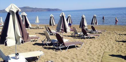 Stranden vid hotell Tropicana, Kato Stalos, Kreta.