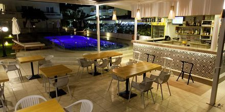 Poolbaren på hotell Tropicana, Kato Stalos, Kreta.